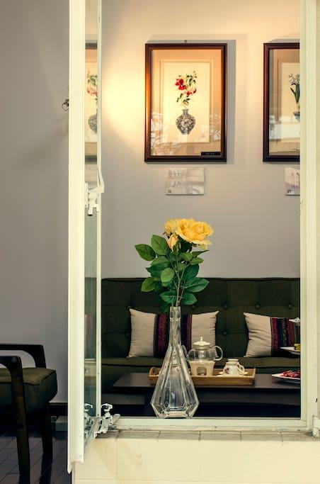 推开木门,第一眼看到的是客厅里苏绣精品的别致