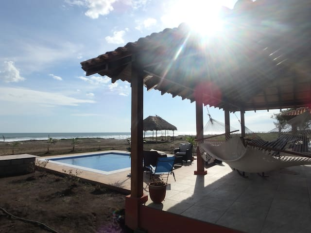 Playa Tesoro 36: Red Beach House & Pool - Salinas Grandes - Cabin