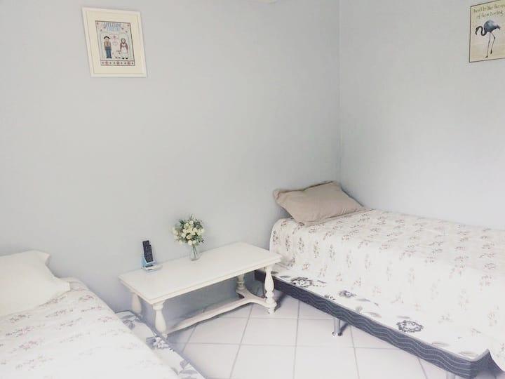 Quarto amplo com duas camas