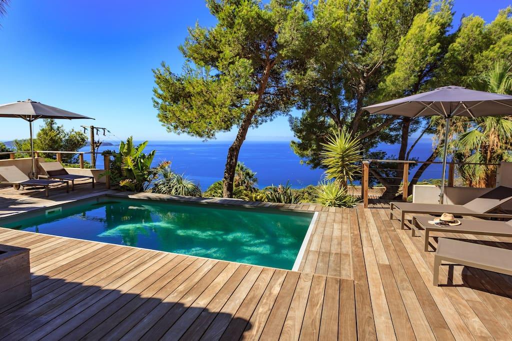 Vaste maison moderne vue mer et piscine chauff e houses for Piscine carqueiranne