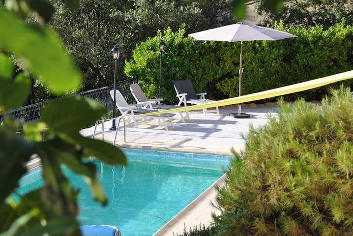 """Gîte """"Plein Sud"""" dans Villa - Aups - Willa"""