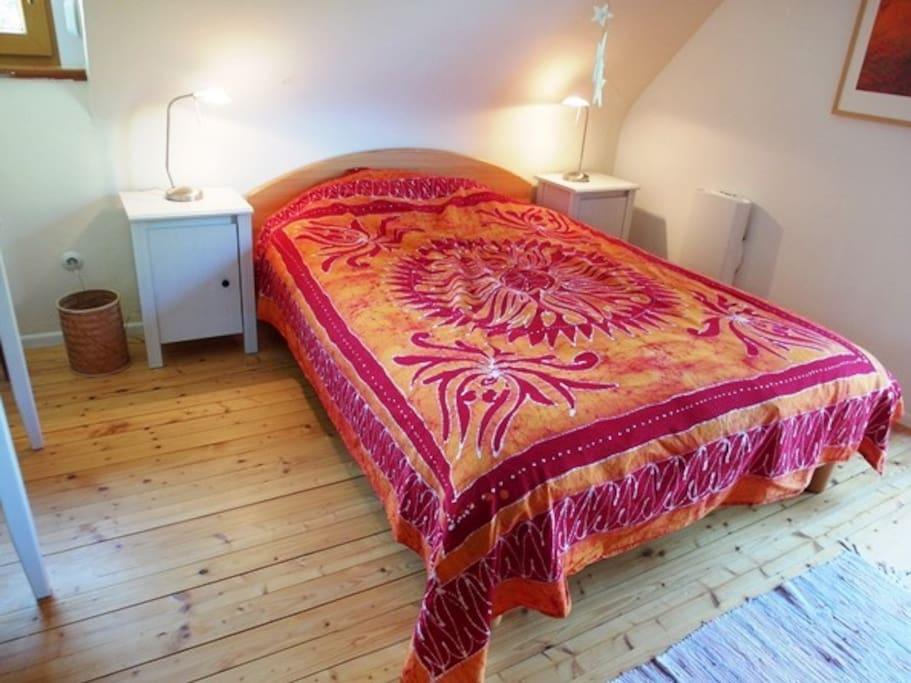 Doppelbett mit zwei Nachttischen