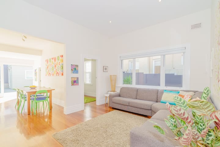 Bright, relaxed Bondi house - Walk to the beach!