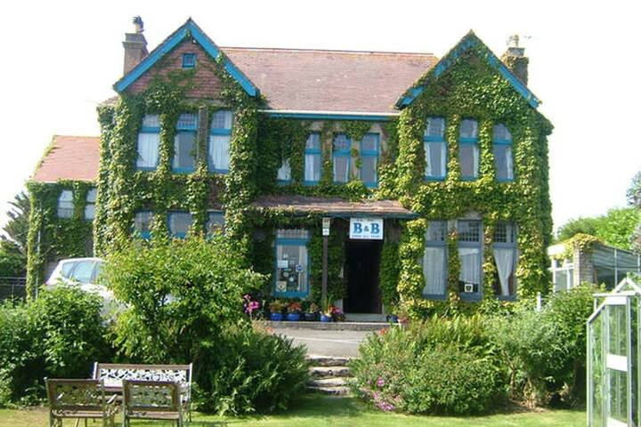 Edwardian house, ample parking, delightful garden