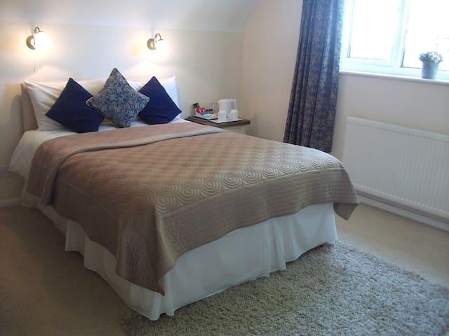 4* Silver Double En-suite with Private Parking - Saffron Walden - Bed & Breakfast