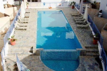 3 Bed house - Sea Views - Jacuzzi - Argaka