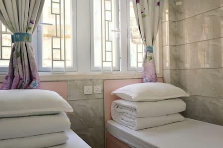 (7) 標準雙床房(房號7)。有街窗,兩張床可合並大床 - Appartement