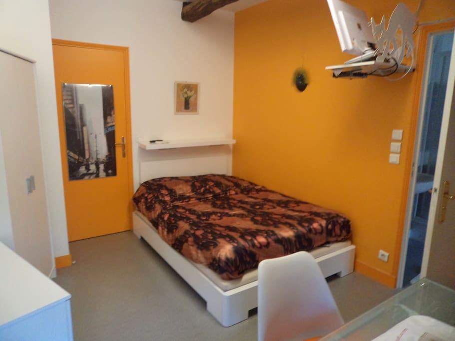 Chambre orange dans ancien moulin a eau maison d 39 h tes for Chambre hote orange