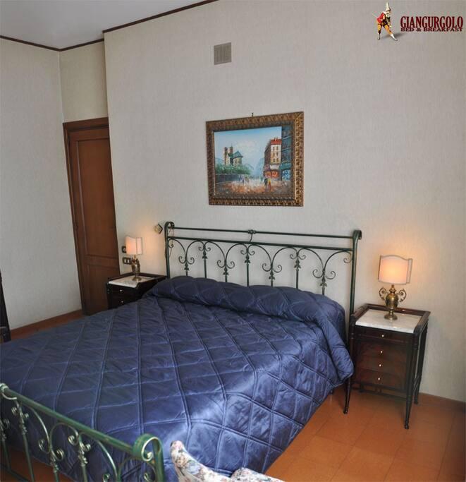 """camera """"colombina"""", con arredo in stile liberty in piuma di mogano.Lavorazione semi-artigianale,firmato """"Cantù""""."""