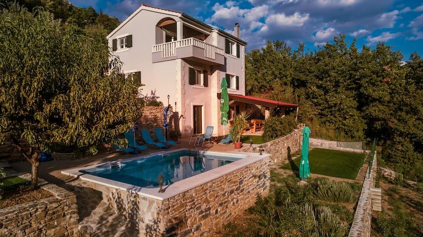 """Villa Eagle"" -isolated piece of your own paradise - โอมิส - วิลล่า"