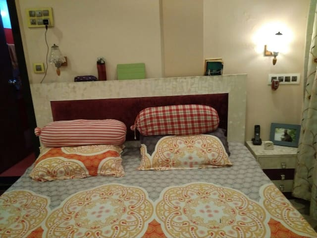 Andheri (W) Large Bedroom Close to Train n Metro