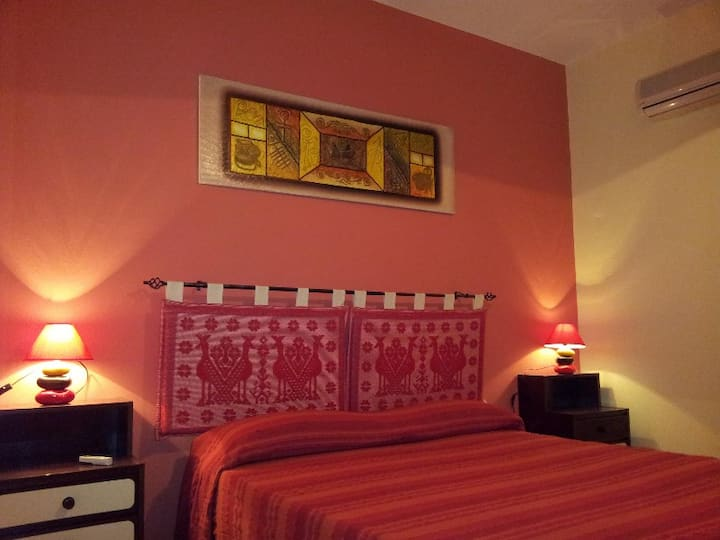 Red Room with balcony: WI-FI-A/C-TV