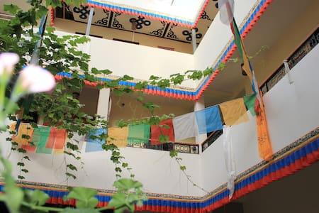 西藏大学附近藏式客栈三人间床位(公卫、wifi、24小时热水、电视、公用洗衣机厨房) - Maison