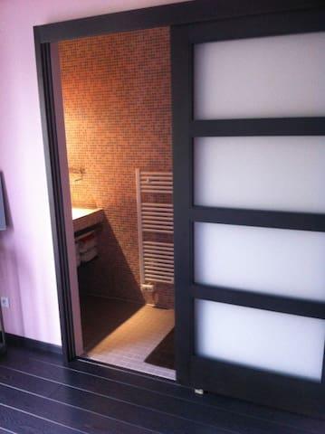 Salle d'eau privative avec douche et vasque