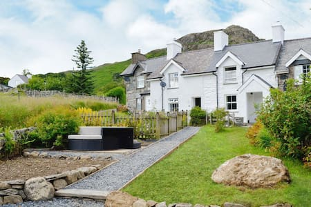Superb cottage with views of Snowdon and hot tub!