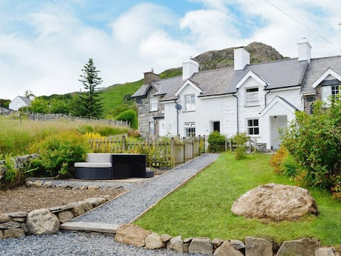 Superb hot tub cottage with views of Snowdon!