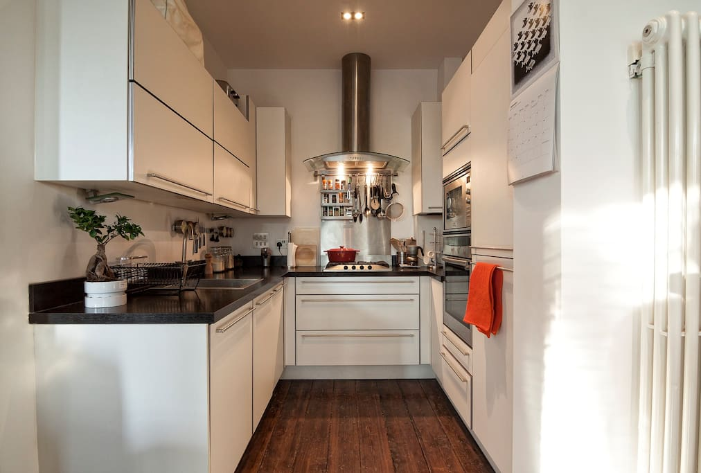 Fully equiped kitchen with gas hob, full oven+grill,  microwave, washing machine and dishwasher.  It also has a built in water purifier and for those with culinary skills (or just ambition as in my case) there is also a sous-vide and a slow-cooker