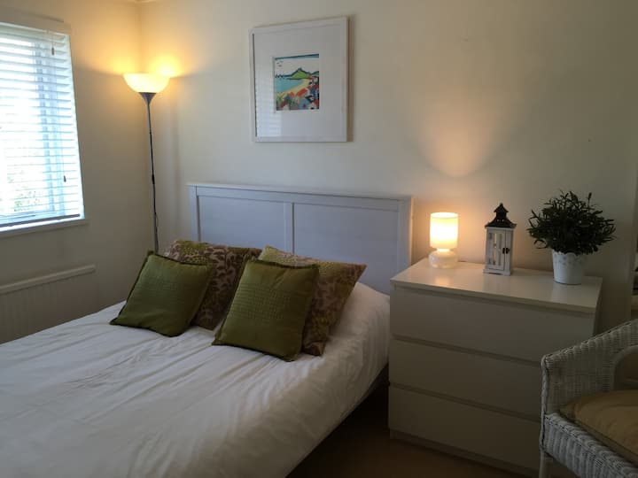 Bright double room: Central Windsor
