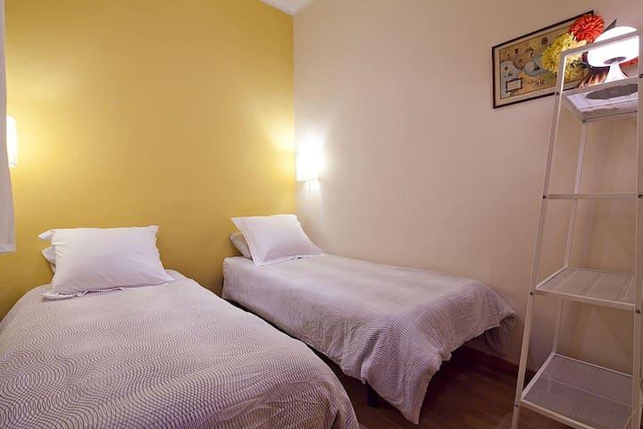 Habitación doble con cama supletoria.