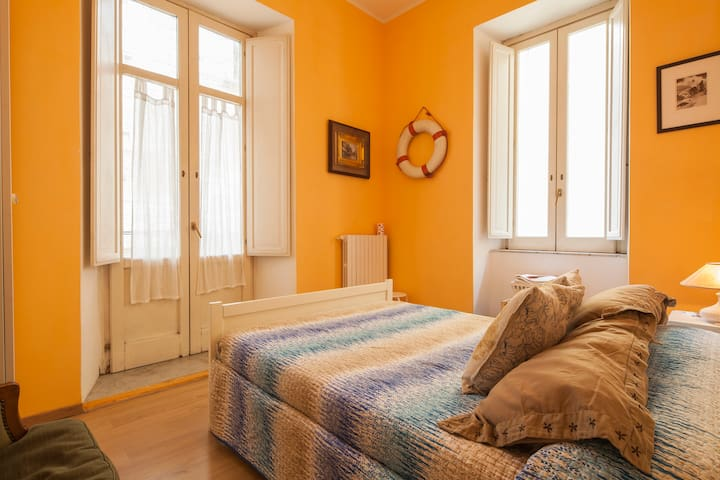 A room between art and night life in the old town - Salerno - Pousada