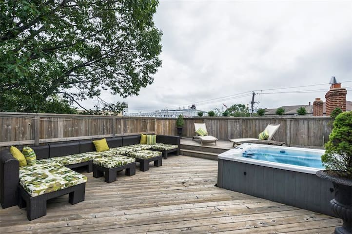 Beautiful Downtown House - Hot Tub & Rooftop Patio