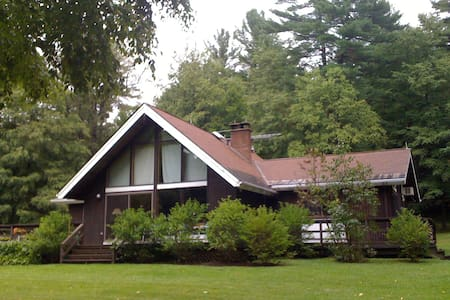 GREAT HOUSE, BETWEEN HUDSON RIVER AND BERKSHIRES - Hillsdale - House