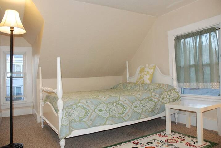 Peaceful room in Victorian house - Marlborough - Bed & Breakfast