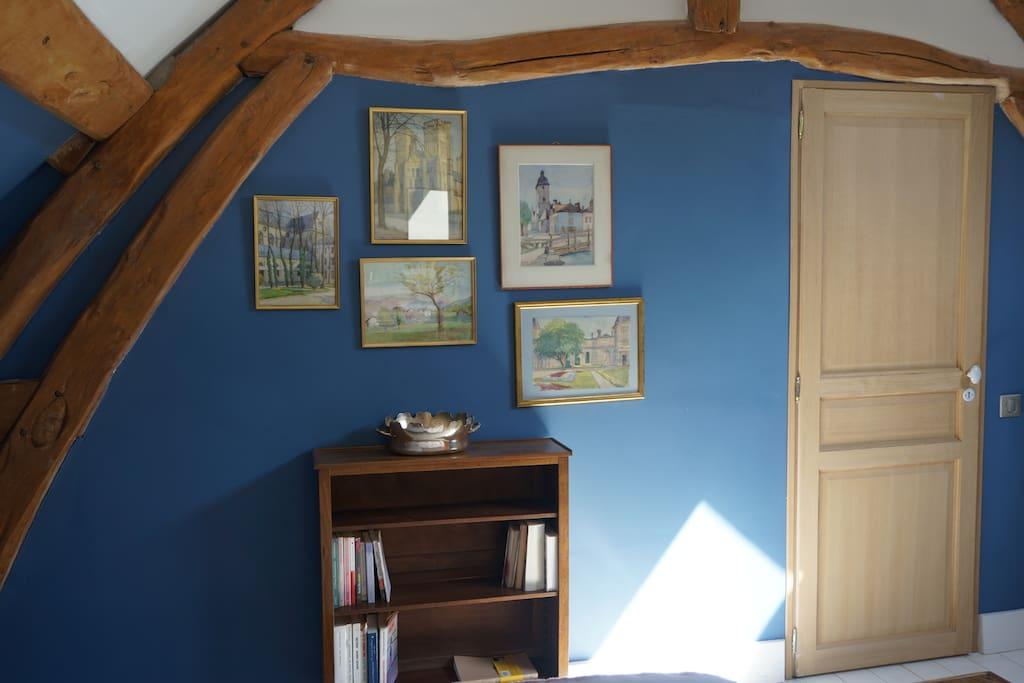 les jolies aquarelles de mon grand père décorent la chambre bleue