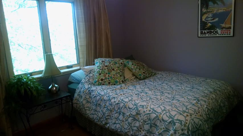 Queen bed + private 1/2 bath - quiet, sunny, A/C - Gardiner - Casa