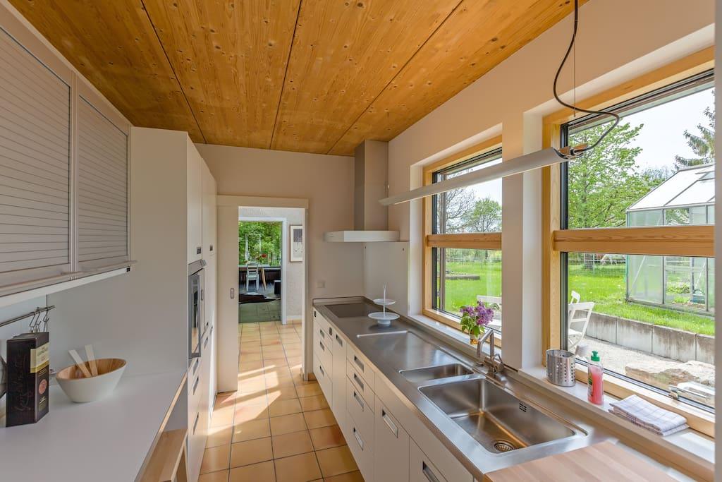 voll ausgestattete Küche mit Blick in den Garten