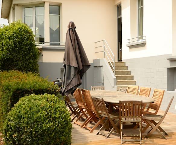 terrasse, salon de jardin, barbecue, hommes au boulot, femme au repos!