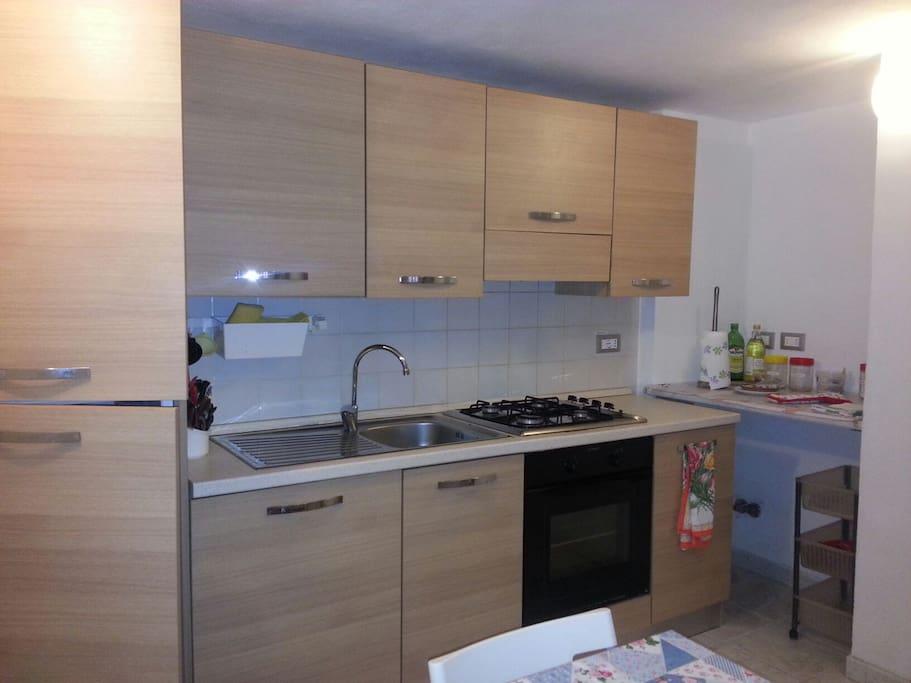 Cucina attrezzata frigo, freezer, lavastoviglie,  forno elettrico.