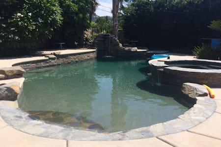 Custom salt water pool! Ranch home! - Santa Ana - Huis