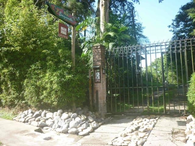Villa Bougainvillea in San Ramon de Tres Rios
