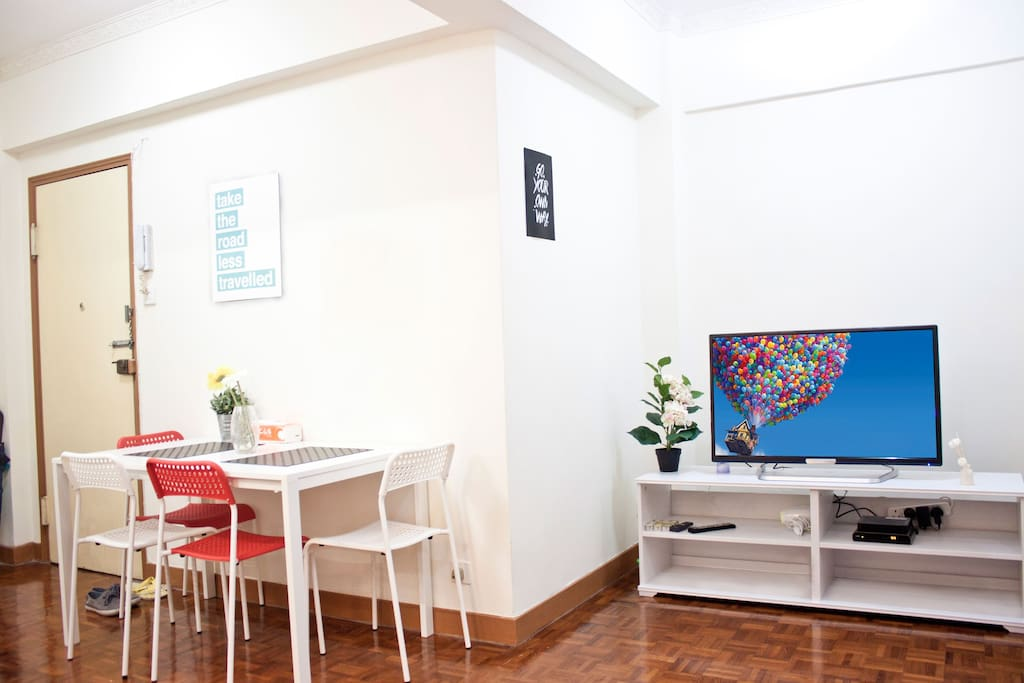 Big living room with a Table and 4 chairs. Ideal to have breakfast before visiting the city