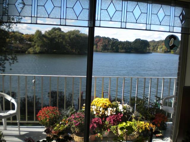 Beautiful Waterfront B and B - Arlington - Condominium