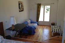 Chambre double avec un lit et un canapé lit (20m2