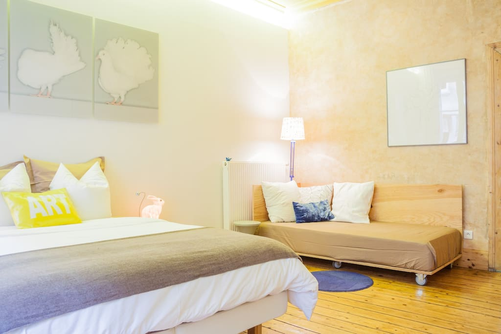 Chambre / bedroom with one double bed and one single