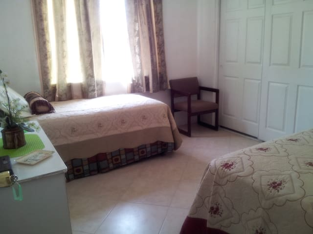 Cozy private room with 2 beds - Hesperia - House
