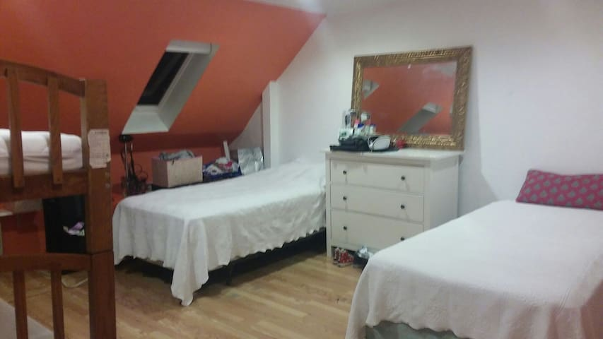 Cozy girls(only)room to be shared-B - Waltham - Bed & Breakfast