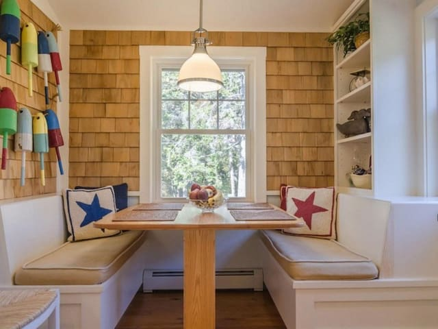 Cozy breakfast nook. Perfect for meals or gaming!