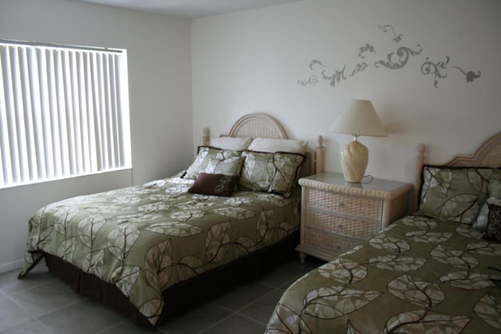Hauptschlafzimmer mit 4 Schlafmöglichkeiten / master bedroom with 2 queen size beds (4 persons)