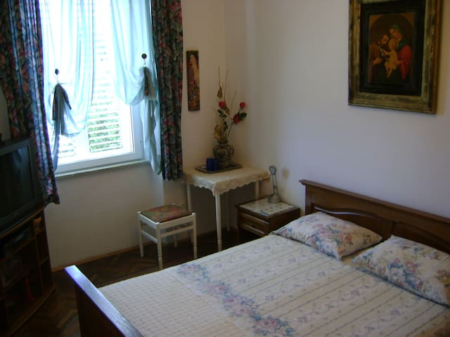 En suite room with sea view to the Lovrijenac Fortress, air-conditioning, WiFi, flat screen TV