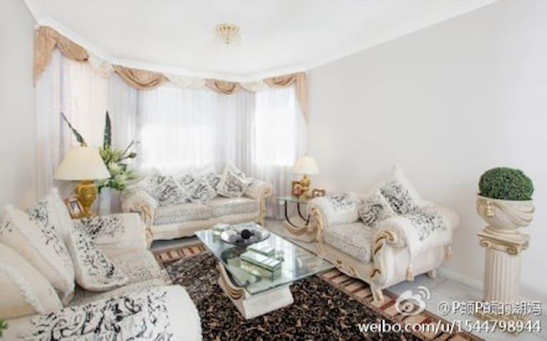 Modern bedroom beside Swan Lake - Wattle Grove - Casa