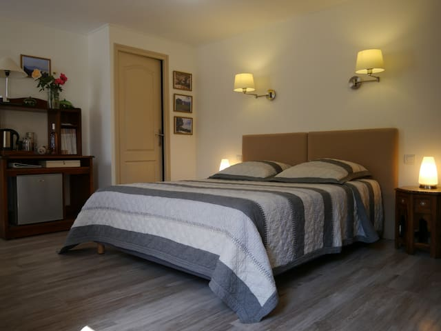 Grand lit king-size et espace collations.