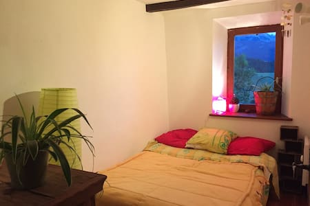 Chambre dans maison en pierres - Enchastrayes  - Hus