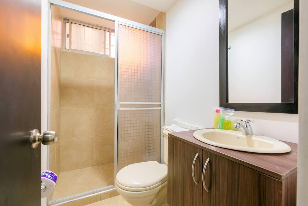 Baño con ducha electrica