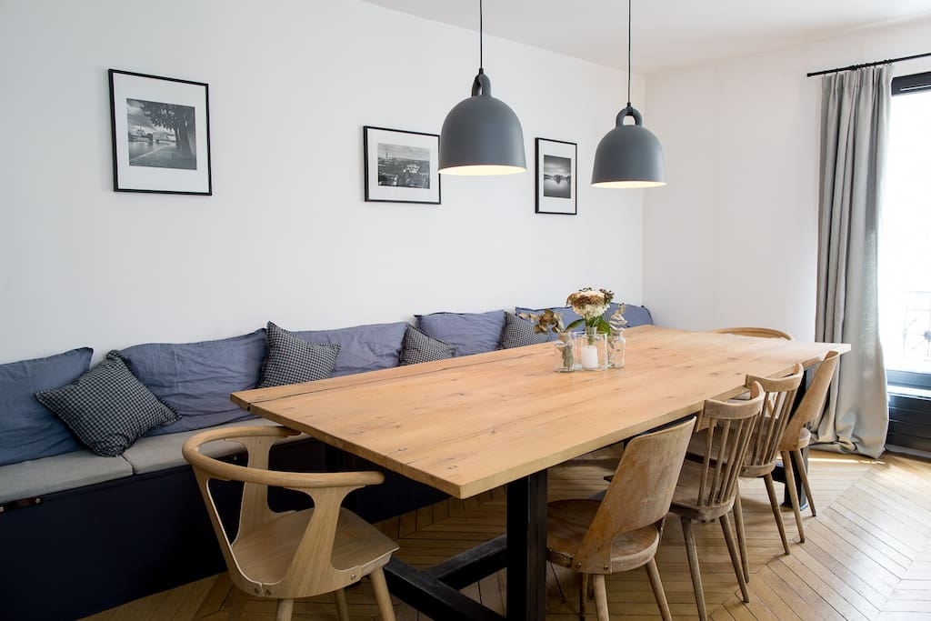 Dining table: 10 people capacity