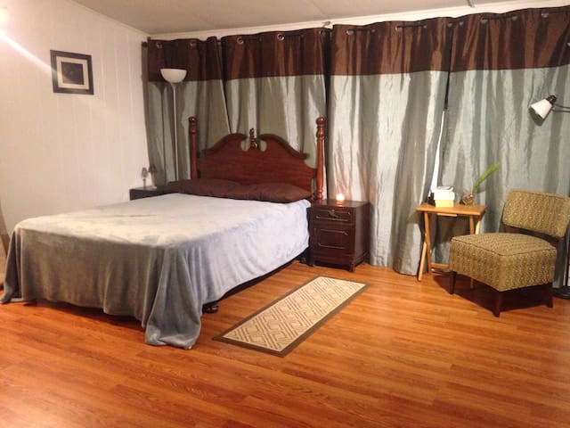 Master suite in valley beach home. - Honolulu - Casa