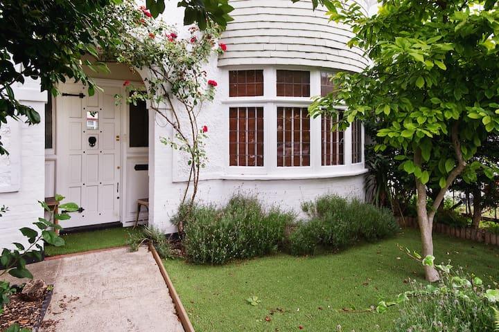 Charming Studio Apartment (grd flr) - London - House